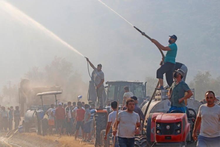 <p>Adana'nın Karaisalı ve Çukurova ilçeleri sınırında bir tarlada çıkan anız yangını ormana sıçradı, söndürme çalışmaları sürüyor. Isparta'nın Sütçüler ilçesine bağlı Yazılı Kanyon Milli Parkı'nda yangın çıktı. Denizli'nin Buldan ilçesinde de yangın çıktı.</p>