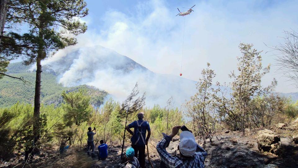 <p>Hayvanları ile de malzeme taşıyorlar. Mahalleye yangının sıçramaması için yangın işçileri ile köylüler canla başla mücadele ediyor.<br /> </p>