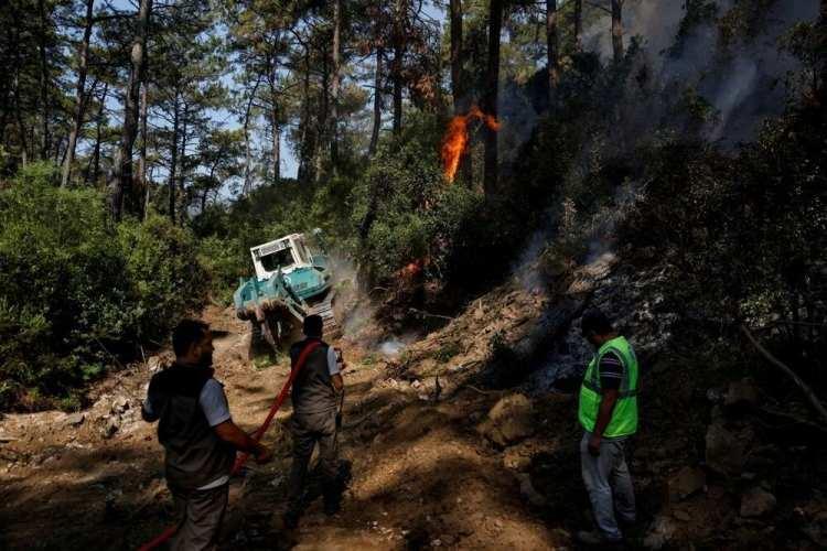 <p>Türkiye son 9 gündür ülkenin batısında ve güneyinde çıkan orman yangınlarıyla mücadele ediyor. Yaşanan durum, yangınlara önceden hazırlıklı olmanın ve tedbir almanın önemini ortaya koyuyor. İşte uzmanlardan, orman yangınlarının nasıl önleneceğine ve bir yangının ortasında kalırsanız kendiniz ve sevdiklerinizi korumak için neler yapmanız gerektiğine dair ipuçları…</p>