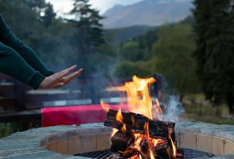 <p>Fenerleri, sobaları ve diğer ısıtıcıları kullanırken ve yakıt doldururken daima dikkatli olun. Yakıt doldurmadan önce aydınlatma ve ısıtma cihazlarının soğuk olduğundan emin olun. Yanıcı sıvıları dökmekten kaçının ve yakıtı cihazlardan uzak tutun.</p>  <p></p>