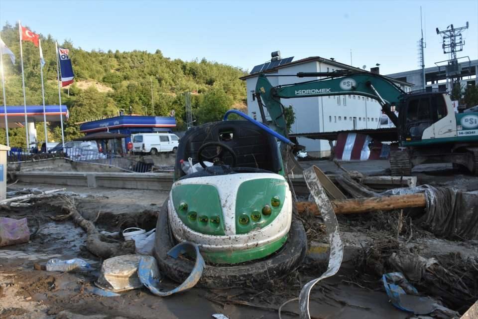 <p>Kastamonu'da yaşanan sel felaketinin ardından sokaklara vuran eşyalar görenleri hüzünlendiriyor.</p>  <p></p>