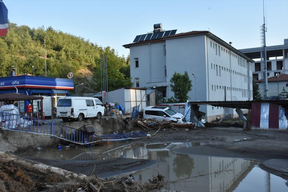 <p>Sele kapılan oyuncak, terlik, puset, çamaşır makinesi kask gibi çok sayıda eşya ile araçlar Bozkurt'ta apartmanların bahçelerine ve yol kenarlarına çıktı.</p>  <p></p>
