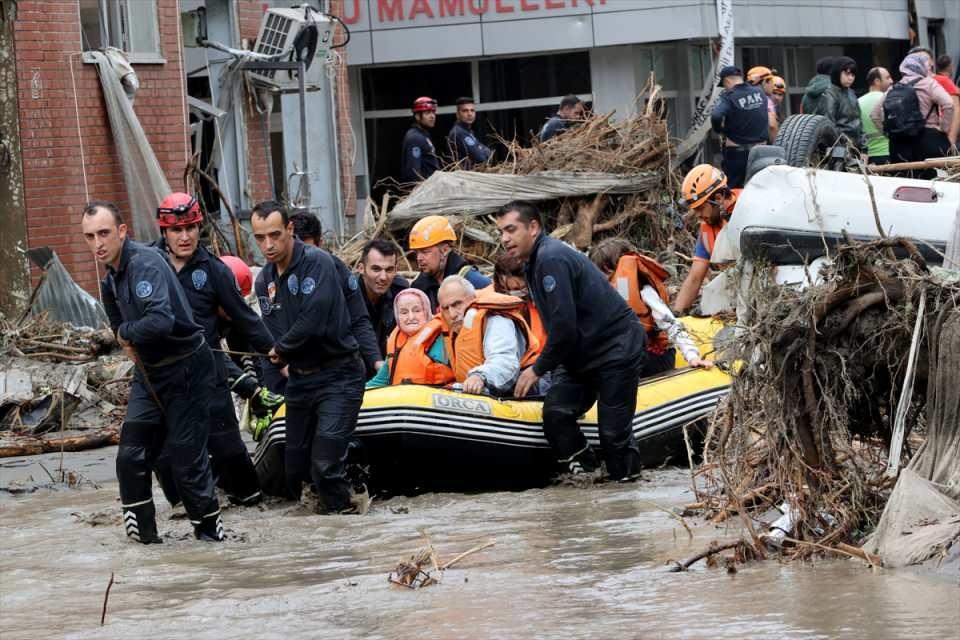 <p>Su seviyesinin yüksek olduğu bölgelerde ekipler, bazı vatandaşları evlerinin balkonlarından alarak, botlarla ve iş makinelerinin kepçesi yardımıyla tahliye etti.</p>  <p></p>