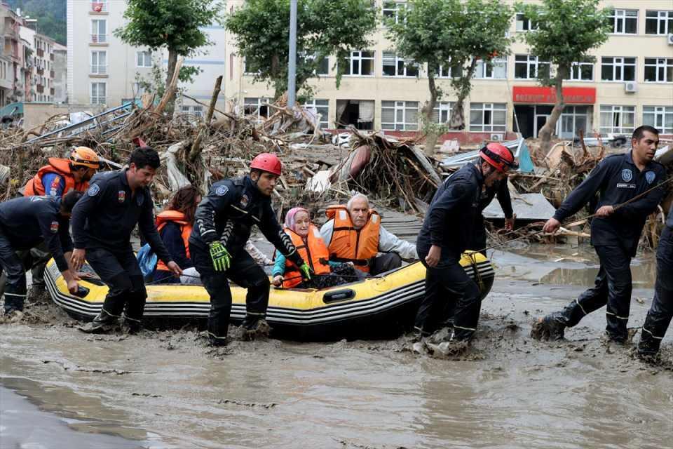 <p>Bu kapsamda AFAD, UMKE, polis ve Jandarma Arama Kurtarma ekipleri ile çeşitli sivil toplum kuruluşlarının arama kurtarma ekipleri, ilçede vatandaşların tahliye çalışmalarını sürdürüyor.</p>  <p></p>