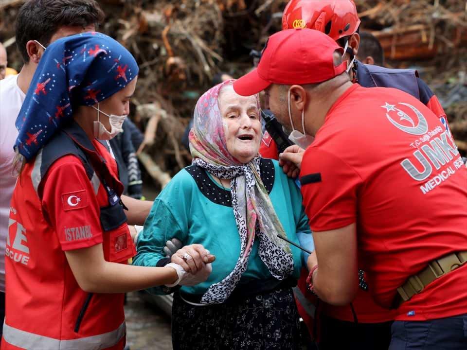 <p>Bazı vatandaşlar da çatılardan helikopter yardımıyla kurtarıldı.</p>