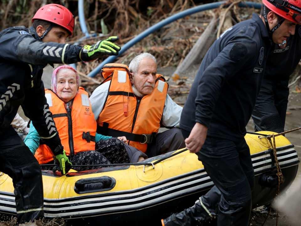 <p>İçişleri Bakanlığından alınan bilgiye göre, yağışın etkili olduğu ilçede, Ezine Çayı'nda su seviyesinin yükselmesiyle yaşanan taşkın sonrasında birçok ev ve iş yerinin sular altında kalmasının ardından, mahsur kalan vatandaşlar için tüm imkanlar seferber edildi.</p>  <p></p>