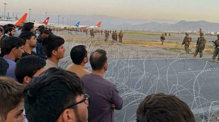 <p>Dünyanın dört bir yanındaki gazeteler, Uluslararası Kabil Havalimanı'nda yaşanan arbedeyi ve Joe Biden'ın askerleri geri çekme konusundaki kararlı savunmasını manşetlerine taşıdı.</p>