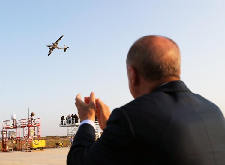 <p>Törende açıklamalarda bulunan Cumhurbaşkanı Recep Tayyip Erdoğan, savunma sanayisindeki yerlilik oranının yüzde 20'lerden yüzde 80'lere çıkmasının Cumhuriyet tarihindeki en önemli başarılardan biri olduğunu ifade etti. Erdoğan AKINCI ile birlikte Türkiye'nin, bu alanda dünyadaki en iyi 3 ülkeden biri olduğunu belirtti</p>