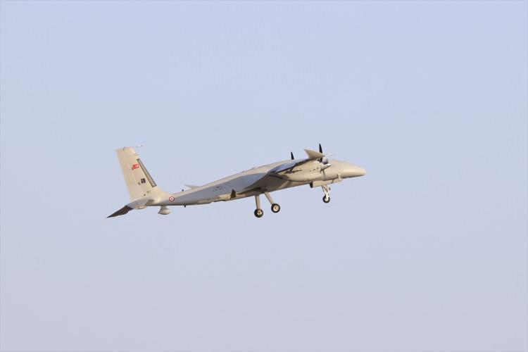 <p>Milli olarak geliştirilen bir hava aracıyla ulaşılan en yüksek irtifaya çıkan Bayraktar AKINCI, Türk havacılık tarihinin irtifa rekorunu kırdı.</p>