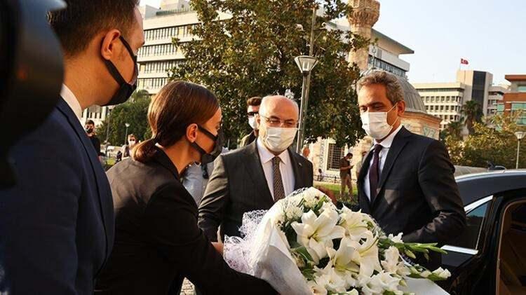 <p>BAKAN ÖZER'DEN '6 EYLÜL' AÇIKLAMASI</p>  <p>İzmir Valisi Yavuz Selim Köşger'i ziyaret eden Bakan Özer, Valilik Şeref Defteri'ni imzaladıktan sonra açıklamalarda bulundu.</p>
