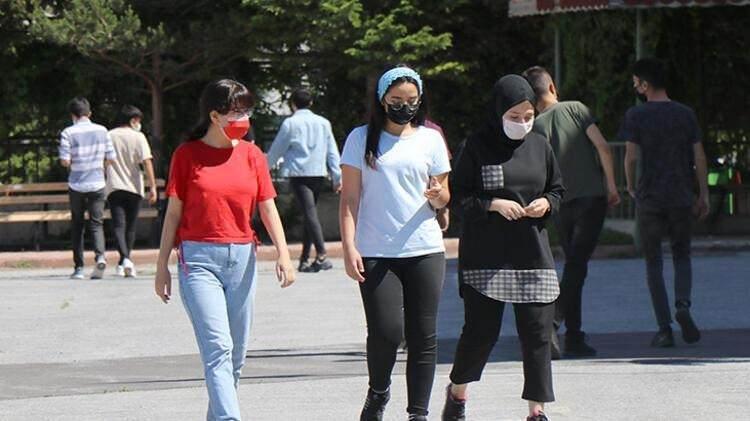<p>MASKE MEB TARAFINDAN TEMİN EDİLECEK</p>  <p>Öğrenci, öğretmen ve personelin ihtiyaç halinde kullanabilmesi için yeterli sayıda maske Milli Eğitim Bakanlığı tarafından temin edilecek. Okul içerisinde, ortak alanlarda, sınıflarda, öğretmen odalarında maske atık kutularının bulundurulması ve günlük olarak boşaltılmaları sağlanacak.</p>