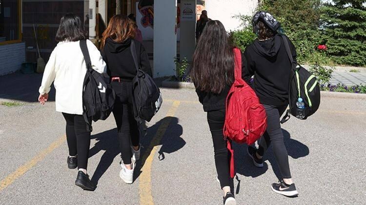 <p>Seminer haftasında, enfeksiyon kontrolü ve okula giriş koşullarını içeren eğitim verilecek ve okul yönetimince belirlenecek görevli tarafından bu programın uygulanması ve alınacak önlemler takip edilecek.</p>