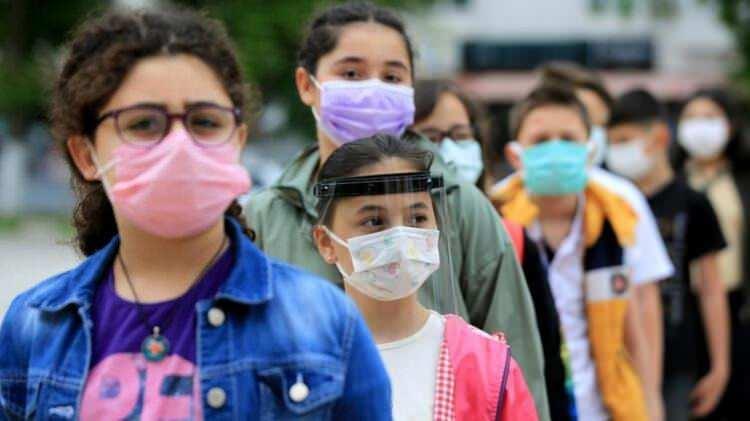 <p>Gelişimsel sorunları ve diğer tıbbi nedenlerle maske takamayan ve bu durumu doktor raporu ile kayıt altına alınmış öğrencilerin mümkünse yüz koruyucu kullanımı sağlanacak. Çok yakın temasın gerektiği durumlarda da maskeyle yüz koruyucu kullanılması önerilecek.</p>