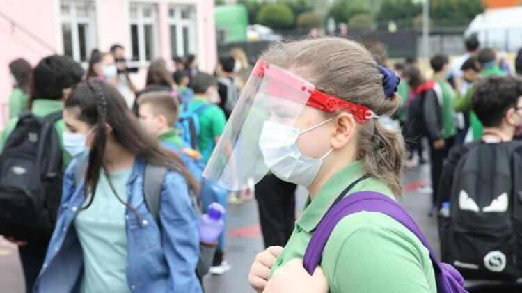 <p>SÜREKLİ MASKE TAKILACAK</p>  <p>Öğretmenler, aşılanma durumundan bağımsız olarak okul bahçesine girişlerinden itibaren, okulda bulundukları süre boyunca sürekli maske takacak.</p>