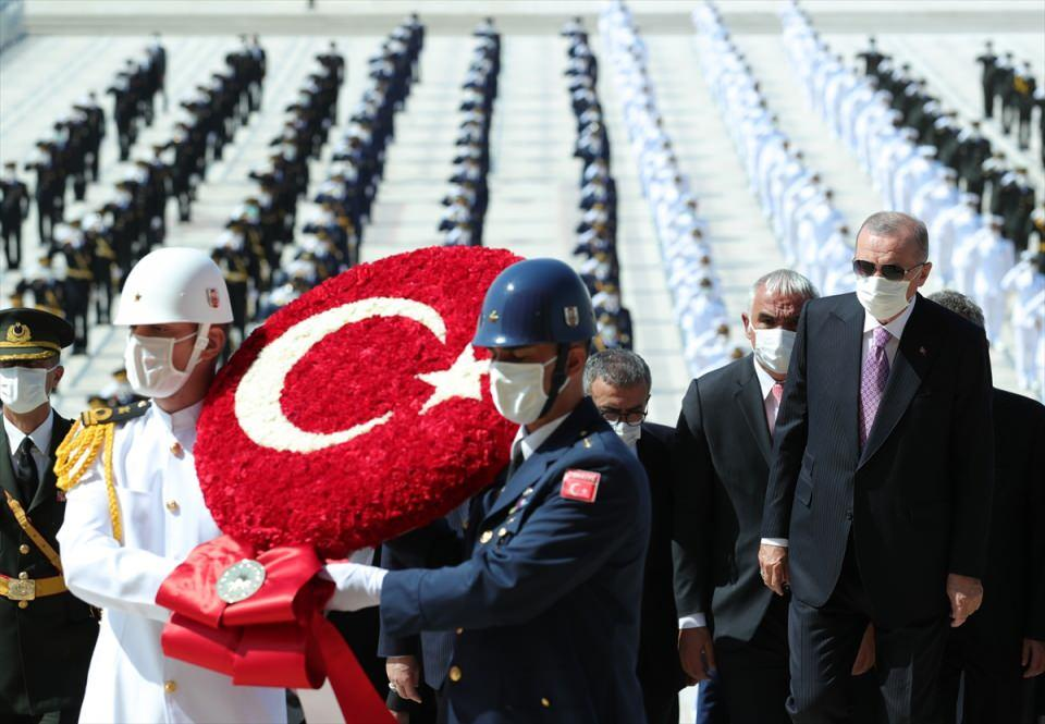 <p>Erdoğan, Atatürk'ün mozolesine ay yıldız motifli çelengi bıraktı. Saygı duruşunun ardından İstiklal Marşı okundu.</p>  <p></p>