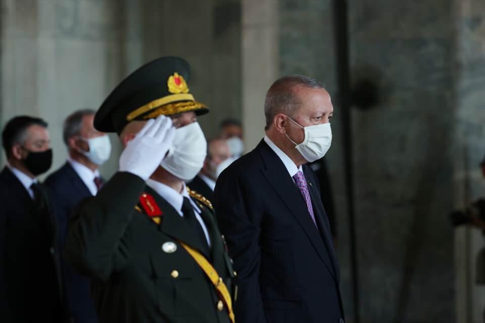 """<p>Cumhurbaşkanı Recep Tayyip Erdoğan, deftere şunları yazdı:</p>  <p>""""Aziz Atatürk; bağımsızlığımıza giden yolun altın halkalarından Büyük Zaferin 99'uncu yıl dönümünde bir kez daha huzurunuzdayız. Bu tarihi günde zatıalinizi ve aziz şehitlerimizi rahmetle yad ediyoruz. Türkiye'yi bizlere çizdiğiniz hedefler doğrultusunda parlak bir geleceğe taşıyoruz. Savunma sanayiinde attığımız adımlarla milletimizin göz bebeği olan Türk Silahlı Kuvvetleri'nin caydırıcılığını her alanda daha da artırıyoruz. Demokraside, adalette, hak ve özgürlüklerde hayata geçirdiğimiz reformlarla, cumhurla, cumhuriyetimiz arasındaki bağı tahkim ediyoruz. Emanetiniz olan Türkiye Cumhuriyeti Devleti emin ellerdedir. Ruhun şad olsun.""""</p>  <p>Anıtkabir, devlet töreninin ardından halkın ziyaretine açıldı.</p>"""