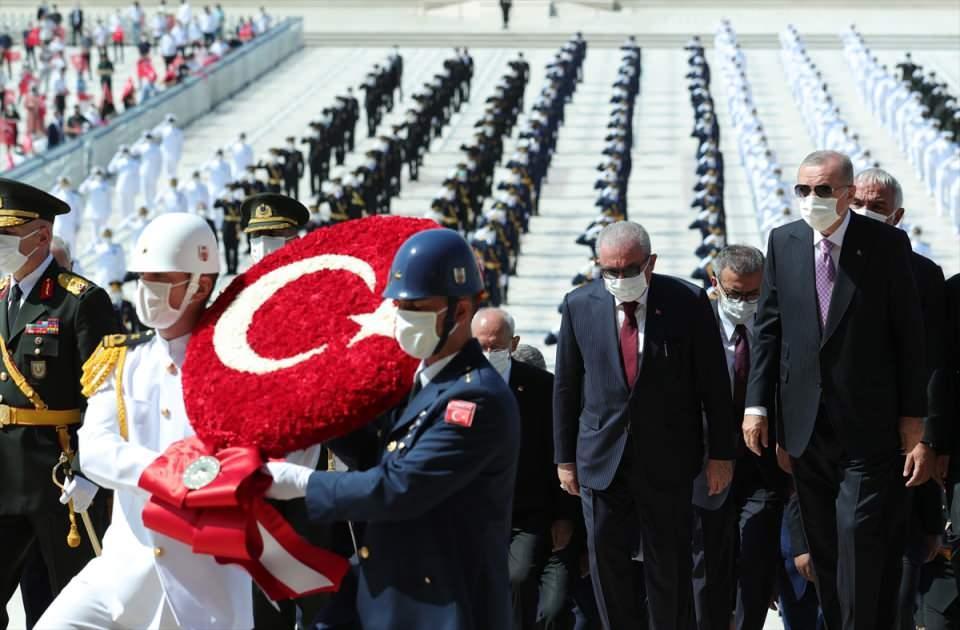 <p>Cumhurbaşkanı Erdoğan ve protokolde yer alan devlet erkanı, daha sonra Misak-ı Milli Kulesi'ne geçti. Erdoğan, burada Anıtkabir Özel Defteri'ni imzaladı.</p>  <p></p>