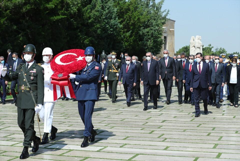 <p>Türkiye Cumhurbaşkanı Recep Tayyip Erdoğan başkanlığındaki devlet erkanı, 30 Ağustos Zafer Bayramı ve Türk Silahlı Kuvvetleri Günü dolayısıyla Anıtkabir'e ziyarette bulundu.</p>  <p></p>