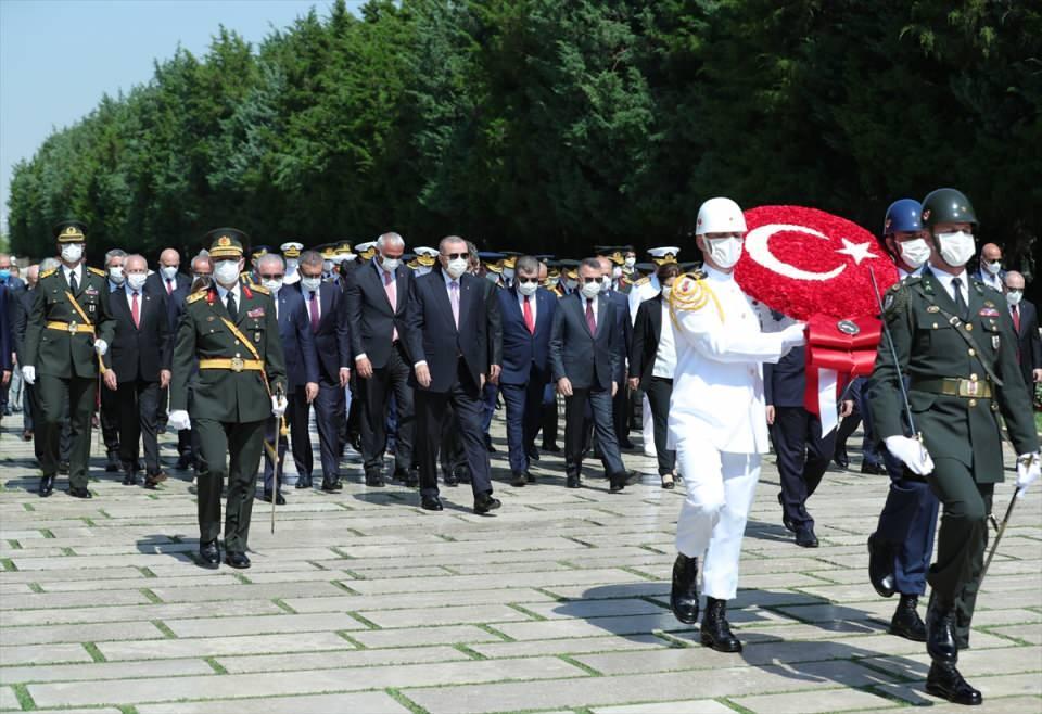 <p>Büyük Zafer'in 99'uncu yılı kutlamaları kapsamında, ilk tören Anıtkabir'de düzenlendi. Tören, devlet erkanının Aslanlı Yol'da yürüyüşüyle başladı.</p>  <p></p>