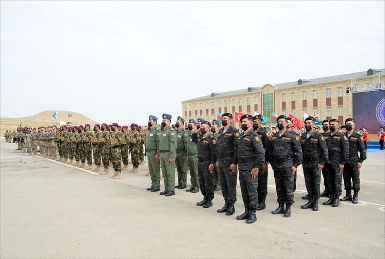 <p>'Üç Kardeş 2021' ismi verilen Türkiye, Azerbaycan ve Pakistan'ın ortak tatbikatı öncesinde düzenlenen törende üç ülkenin milli marşları seslendirildi, bayrakları göndere çekildi.</p>