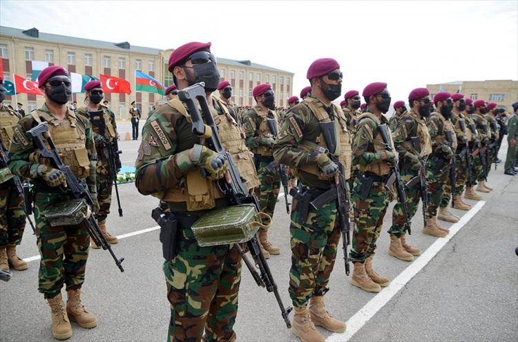 <p>Dünya'ya 'dayanışma ve destek' mesajı</p>  <p>Mirzeyev, Azerbaycan'ın 27 Eylül 2020'de Ermenistan silahlı kuvvetlerine karşı başlattığı 44 günlük karşı taarruzun ilk gününden itibaren Türkiye ve Pakistan'ın Azerbaycan'a gösterdiği dayanışma ve desteğin bunun kanıtı olduğunu söyledi.</p>  <p>Üç ülkenin ilişkilerini daha da güçlendirmek ve geliştirmek için önemli adımlar attığını belirten Mirzeyev, Üç Kardeş 2021 tatbikatının, üç ülkenin askerleri arasında geniş bir deneyim ve görüş alışverişi ve mesleki eğitimlerinin daha da iyileştirilmesine büyük katkı sağlayacağına emin olduğunu dile getirdi.</p>