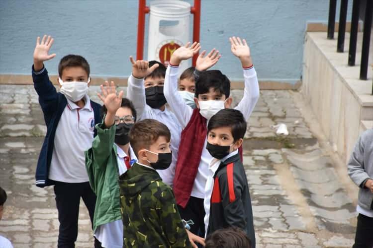 <p>Okullarla birlikte kantinler, yemekhaneler ve pansiyonlar da açılacak. Aşı olmamış öğretmen ve okul çalışanları haftada iki kez PCR testi verecek.</p>  <p></p>
