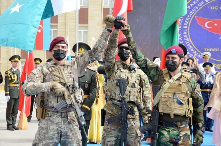 <p>Türkiye, Azerbaycan ve Pakistan özel kuvvetleri Azerbaycan'ın başkenti Bakü'de ortak askeri tatbikat gerçekleştiriyor.</p>  <p></p>
