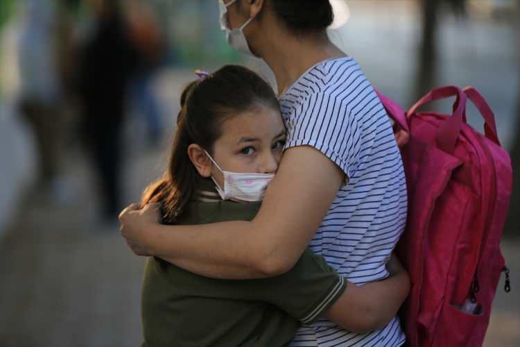 <p>Okullarda ve servislerde hijyen tedbirlerinden taviz verilmeyecek. Yaklaşık 58 bin okula maske, dezenfektan ve temizlik ihtiyacı için 650 milyon lira ödenek gönderildi. 113 bin temizlik personeli görevlendirildi.</p>  <p></p>