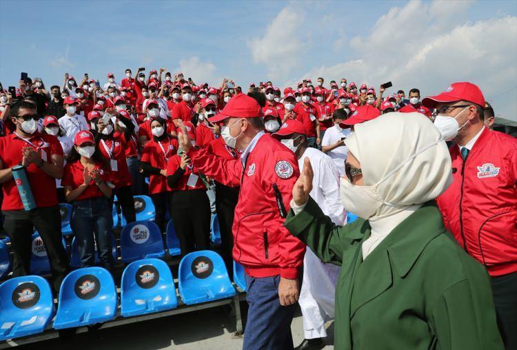 <p>TEKNOFEST'in kırmızı pilot montunu giyen Erdoğan'a, T3 Vakfı Mütevelli Heyeti Başkanı ve TEKNOFEST Yönetim Kurulu Başkanı Selçuk Bayraktar tarafından TEKNOFEST şapkası takdim edildi.</p>