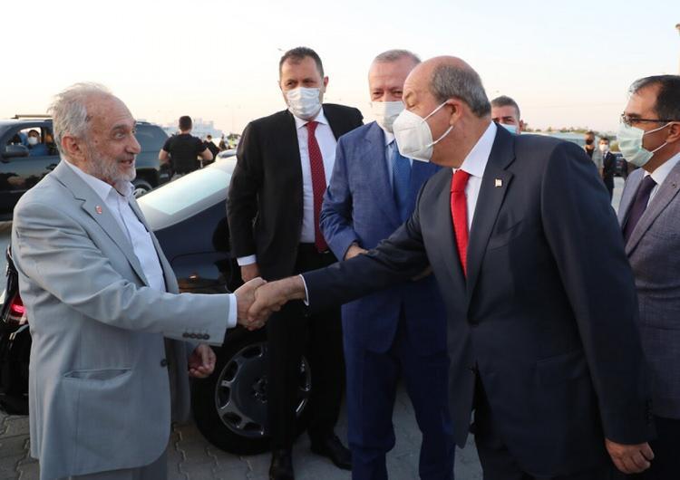 <p>Resmi ziyaret nedeniyle Kuzey Kıbrıs Türk Cumhuriyeti'nde bulunan Cumhurbaşkanı Recep Tayyip Erdoğan, Kurban Bayramı Namazı'nı Lefkoşa Hala Sultan Camii'nde KKTC Cumhurbaşkanı Ersin Tatar ile birlikte kıldı.(20 Temmuz 2021)</p>