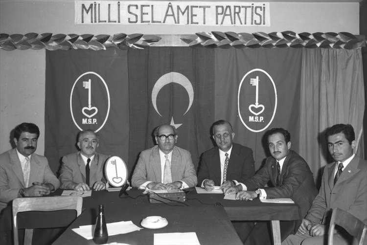 <p>Asiltürk (sağ 2), Milli Selamet Partisi Genel Başkanı Süleyman Arif Emre'nin 11 Mayıs 1973'te düzenlediği basın toplantısında yer aldı.</p>