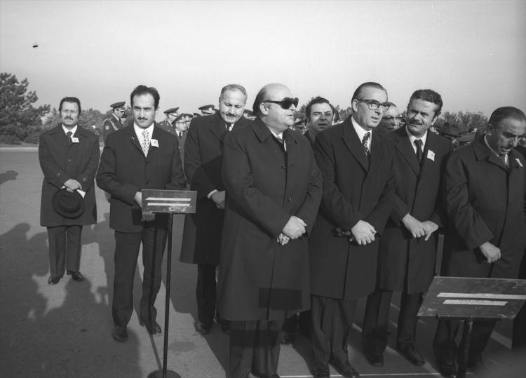 <p>Asiltürk (2. sıra solda), 10 Kasım 1973'te Atatürk'ün 35. ölüm yıl dönümü nedeniyle düzenlenen törene katıldı. Törende AP Genel Başkanı Süleyman Demirel (önde solda), MGP Genel Başkanı Turhan Feyzioğlu (önde sol 2), İsmet Sezgin (önde sağ 2), MHP Genel Başkanı Alparslan Türkeş (önde sağda), MSP Genel Başkanı Necmettin Erbakan (2. sıra sol 2) da katıldı.</p>