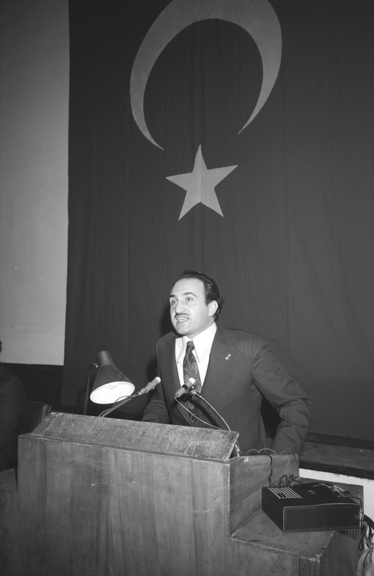 <p>Dönemin İçişleri Bakanı Asiltürk, 2 Şubat 1974'te Türkiye İdareciler Derneği 10. Genel Kurulu toplantısında konuşma yaptı.</p>