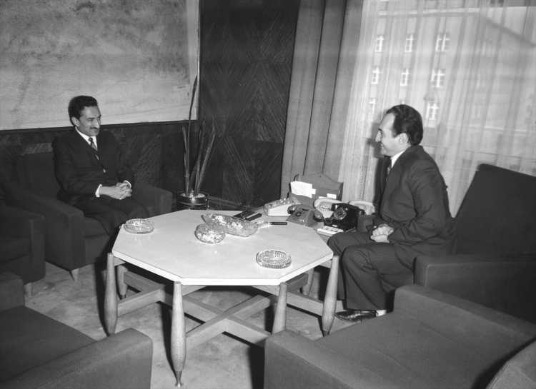 <p>Dönemin Başbakanı Bülent Ecevit (solda), 4 Şubat 1974'te dönemin İçişleri Bakanı Asiltürk'ü ziyaret etti.</p>