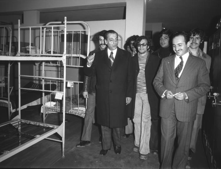 <p>Dönemin İçişleri Bakanı Asiltürk, 28 Şubat 1974'te Gençlik ve Spor Bakanı Muslihittin Yılmaz Mete (solda) ile incelemelerde bulundu.</p>