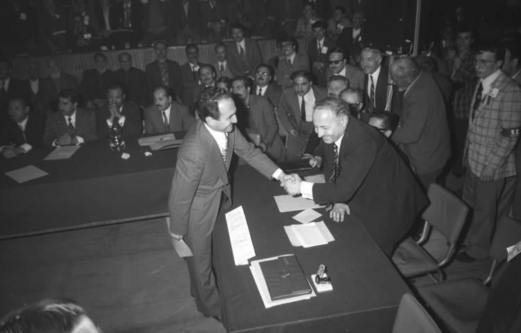 <p>Asiltürk, 5 Mayıs 1974'te Milli Selamet Partisi (MSP) Ankara İl Kongresi'ne katılarak Genel Başkan Necmettin Erbakan ile görüştü.</p>