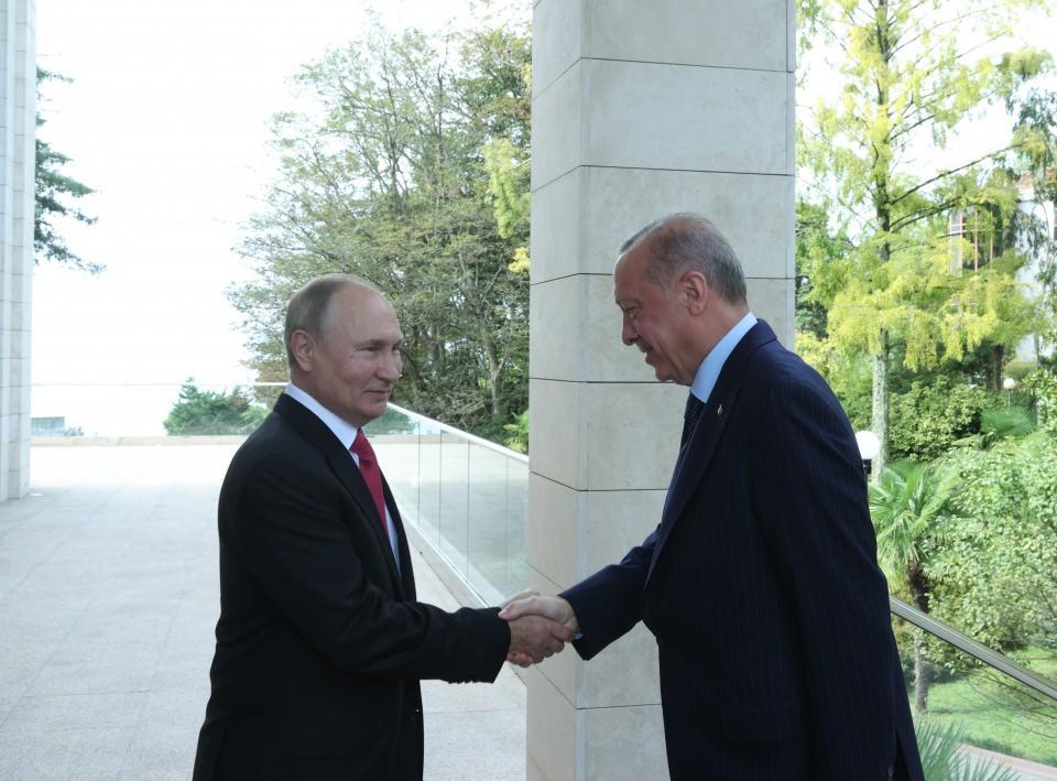 <p>Türkiye Cumhurbaşkanı Recep Tayyip Erdoğan ve Rusya Devlet Başkanı Vladimir Putin, Rusya'nın Soçi kentinde bir araya geldi.</p>