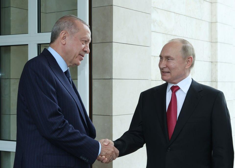 <p>Cumhurbaşkanı Recep Tayyip Erdoğan, Rusya Devlet Başkanı Vladimir Putin ile yaptığı görüşmenin ardından Soçi'deki Devlet Başkanlığı Resmi Konutu'ndan ayrıldı.</p>  <p></p>