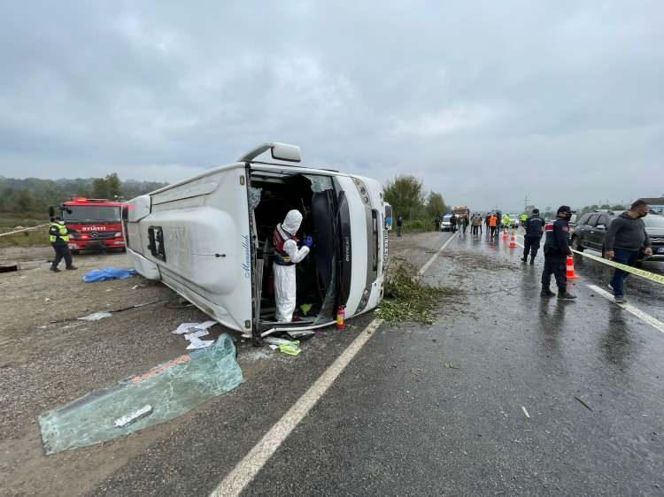 <p>Yağmur nedeniyle kayganlaşan yolda sürücüsünün direksiyon hakimiyetini kaybettiği midibüs devrildi.</p>