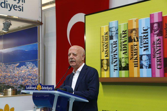 <p>Bir dönem özel bir okulda öğretmenlik yaptı. Yayıncılık hayatına 1983 yılında Bir Yayıncılıkta editör olarak başladı ve 1986 yılında İşaret Yayınlarını, 2000 yılında da Şehir Yayınlarını kurdu. 1994-1997 yılları arasında İstanbul İl Genel Meclisi Üyeliğine seçildi.</p>