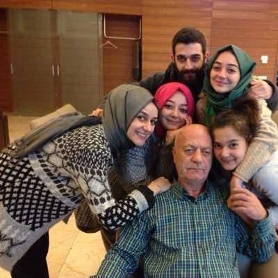 """<p>1991 yılında Türkiye Yazarlar Birliğinin """"Yılın Yayıncısı"""" ödülüne layık görüldü. Arapça ve İngilizce bilen İsmet Uçma, 6 çocuk babasıdır.</p>"""