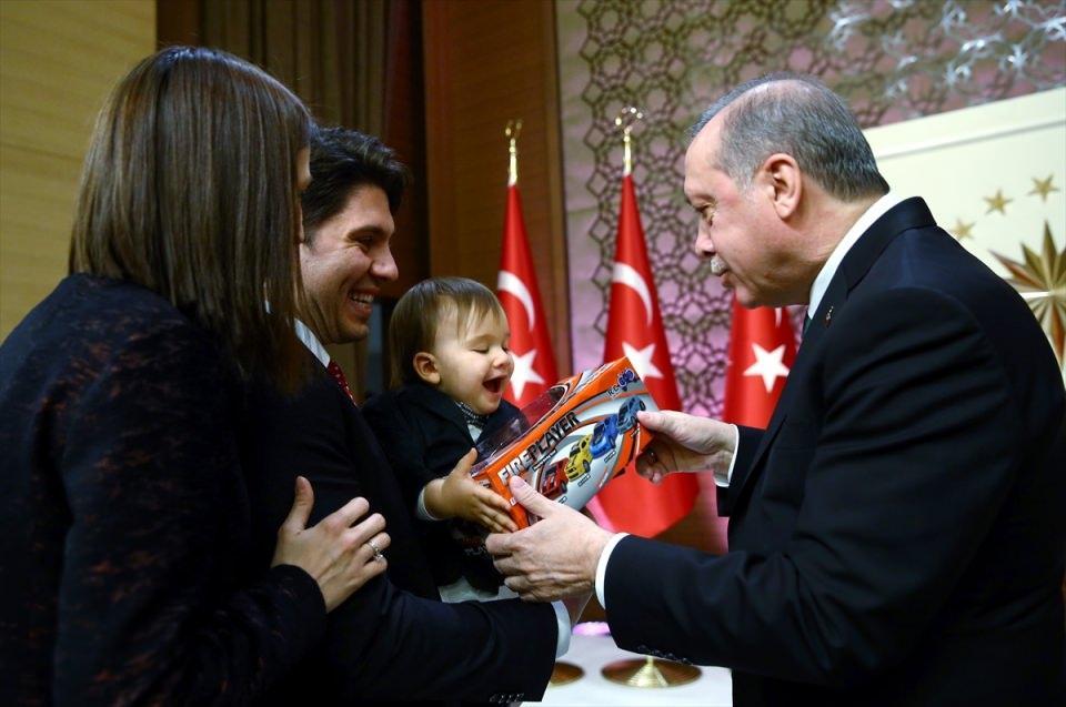 <p>Cumhurbaşkanı Erdoğan, bir akademisyenin çocuğuna oyuncak hediye etti.</p>