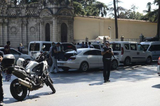 <p>İstanbul Beşiktaş'taki Dolmabahçe Sarayı giriş kapısında polislere silahlı saldırı düzenlendi. Kaçan 2 saldırgan da yakalandı.</p>  <p></p>