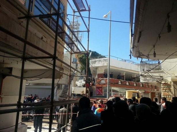 <p>Aydın'da yıkılması için hazırlık yapılan duvarın işçilerin üzerine çökmesi sonucu 1 işçi öldü, 3'ü ağır olmak üzere 5 işçi de yaralandı.</p>