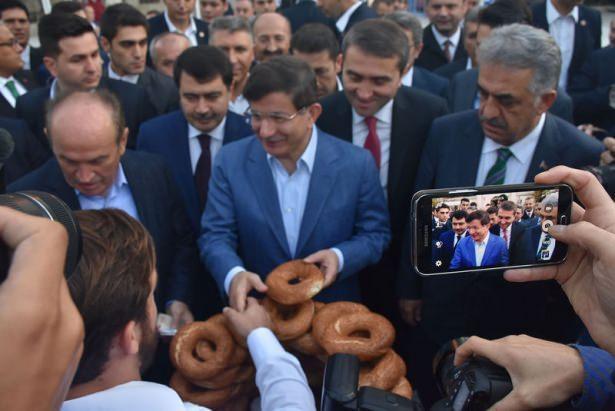 <p>Yoğun seçim çalışmalarını sürdüren Başbakan Ahmet Davutoğlu İstanbul'daydı.</p>