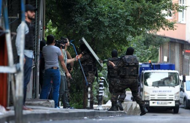 <p>Kent genelinde operasyon devam ederken, DAEŞ, PKK'nın gençlik yapılanması YDG/H ile DHKP/C'nin de aralarında bulunduğu çok sayıda terör örgütüne mensup şüphelinin gözaltına alındığı ve adreslerde aramalar yapıldığı öğrenildi.<br /> </p>