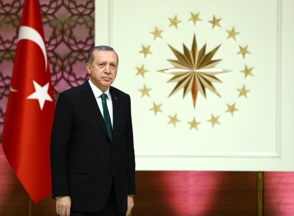 """<p>Erdoğan, geçen yıl Cumhurbaşkanlığı himayesine alınan, """"Üstün Başarılı Genç Bilim İnsanı Programı (GEBİP) Ödülü, Bilimsel Telif ve Çeviri Eser Programı (TEÇEP) Ödülü ve Uluslararası Akademi Ödülleri""""nin verildiği, Cumhurbaşkanlığı Külliyesi'nde düzenlenen """"Türkiye Bilimler Akademisi (TÜBA) 2016 Ödülleri Töreni""""ne katıldı.</p>  <p></p>"""