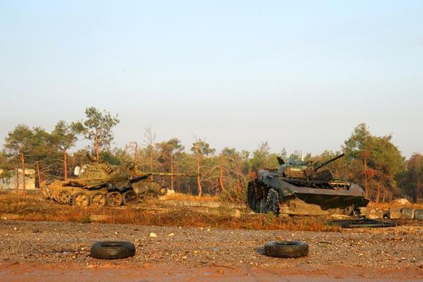 """<p><span style=""""color:#D3D3D3"""">Grad füzelerini de kullanan muhalif güçler, Dahiyet el Esad bölgesine girdi.</span></p>"""