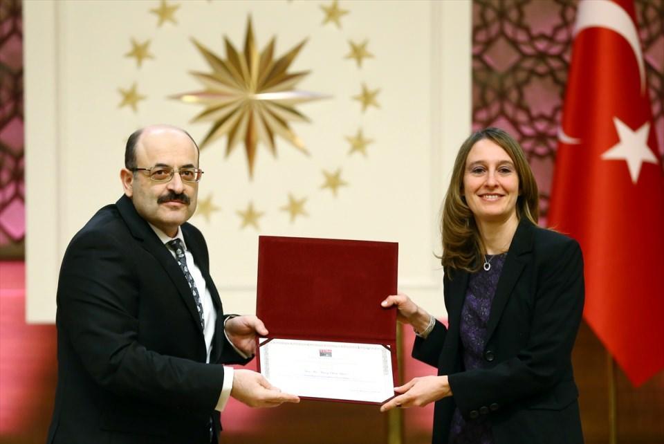 """<p>YÖK Başkanı Yekta Saraç, geçen yıl Cumhurbaşkanlığı himayesine alınan, """"Üstün Başarılı Genç Bilim İnsanı Programı (GEBİP) Ödülü, Bilimsel Telif ve Çeviri Eser Programı (TEÇEP) Ödülü ve Uluslararası Akademi Ödülleri""""nin verildiği, Cumhurbaşkanlığı Külliyesi'nde düzenlenen """"Türkiye Bilimler Akademisi (TÜBA) 2016 Ödülleri Töreni""""ne katıldı. Saraç, ödül kazananlara ödüllerini verdi.</p>  <p></p>"""