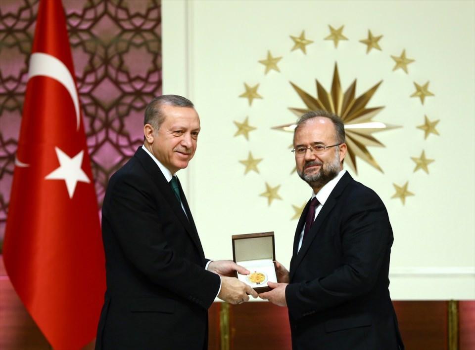 """<p>Cumhurbaşkanı Recep Tayyip Erdoğan, Fetullahçı Terör Örgütüne ilişkin, """"Bu örgütün içindeki akademisyenler, yargı mensupları, polisler, askerler, öğretmenler, iş adamları iyi eğitim almış, fiyakalı okullardan mezun olmuş olabilirler ama bu durum hakikatler karşısındaki körlüklerini, cehaletlerini, kalplerini ve zihinlerini bir şarlatana kiralamış oldukları gerçeğini ortadan kaldırmıyor."""" dedi.</p>"""